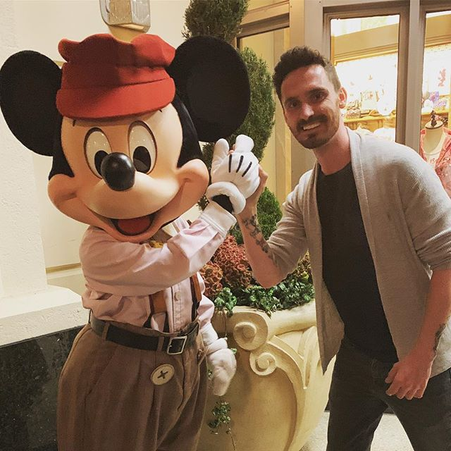 What's your favourite Disney movie? I think mine is Aladdin, closely followed by The Lion King. Great to see my homie Mickey again 😜 #disneylove #mickeymouse
