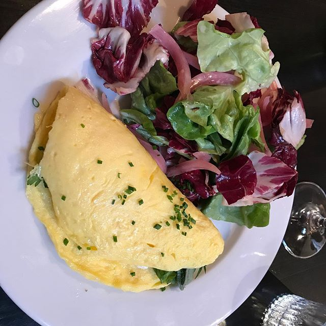 Radar are doing lunches now, this chèvre omelette & salad with pickled onions to die for😋