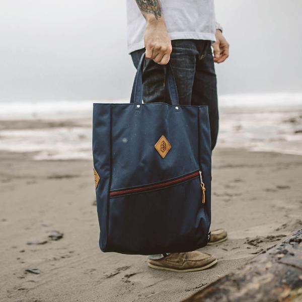 Navy-Beach-Bag-Lifestyle-6-1024x1024_grande.jpg