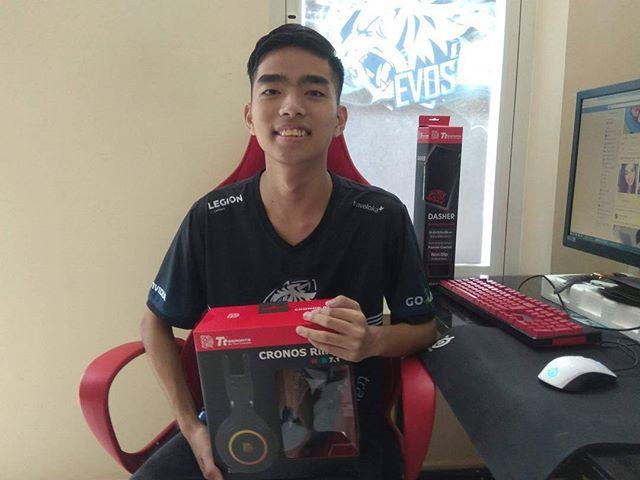 """Trong số quà hôm qua của nhà tài trợ TteSPORTS Vietnam dành cho team EVOS thì đáng kể nhất là tai nghe CRONOS Riing RGB 7.1 (dòng tai nghe cao cấp nhất của hãng, thậm chí chưa được bán tại thị trường Việt Nam). Ai hóng clip Stark """"đập hộp"""" em nó không 😋"""
