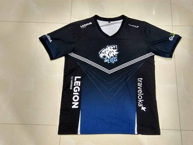 """Sau thời gian chờ đợi thì những mẫu áo đấu đầu tiên làm ở Việt Nam theo mẫu thiết kế 2017 của team EVOS đã xuất xưởng! Đợt đầu tiên này chỉ dành cho các thành viên trong đội tuyển và ban quản lý (như cái này là áo của ad chẳng hạn :D). Việc bán áo đấu đại trà sẽ được tiến hành trong thời gian tới. Trước đó sẽ là một đợt bán/GA áo thử nghiệm với số lượng giới hạn để lấy ý kiến phản hồi của các bạn ^^. Ai sẽ được tặng? Tất nhiên là một số """"fan 20 năm"""" của EVOS rồi ;). Tuy nhiên cơ hội để các bạn nhận được những chiếc áo như thế này sẽ không chỉ đến một lần. Như thế này nè: Ai đoán đúng ý nghĩa nickname """"NoCB"""" (edit: sớm nhất nữa) sẽ nằm trong danh sách tặng áo đợt tới ^^ • #EVOSROAR #EVOSTRAVELOKA #EVOSLENOVO #EVOSGOJEK #EVOSNVIDIA"""