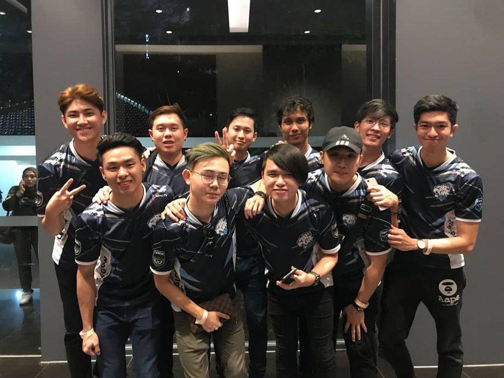 EVOS MOBILE LEGENDS SINGAPORE   (dari kiri atas ke bawah kanan)  ACE, POTATO, KOLIA, Zxuan Manager, Oh Deer Bambi, Soul, Kid, Zxuan, Skywee, JPL