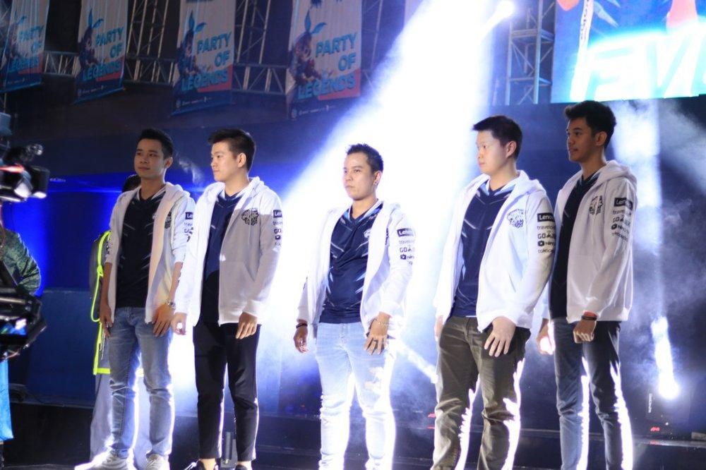 EVOS MOBILE LEGENDS INDONESIA  (dari kiri ke kanan)  JESSNOLIMIT, EMPEROR, MARSHA, IOS, OURA