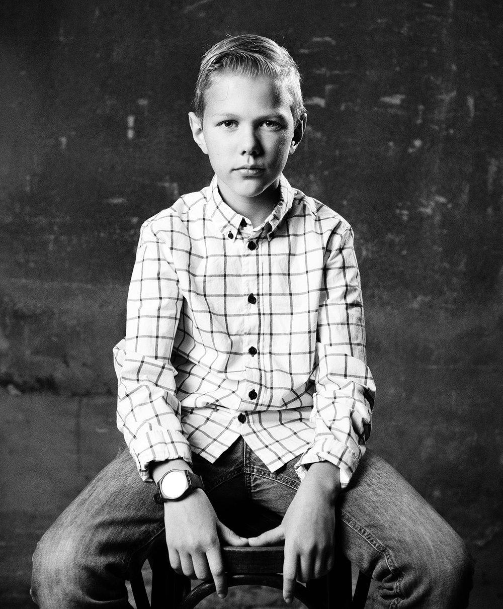 """Dit is Barend. Zijn broertje heeft leukemie. """"Mijn moeder is druk met Fenna en Maurits, ik krijg daardoor wel wat minder aandacht. Ik zou wel een momentje mijn moeder voor mezelf willen. Dan zou ik naar Schiphol gaan. Daar is een half vliegtuig, waar je in kan. Dat vind ik echt zo cool."""" 8/12"""