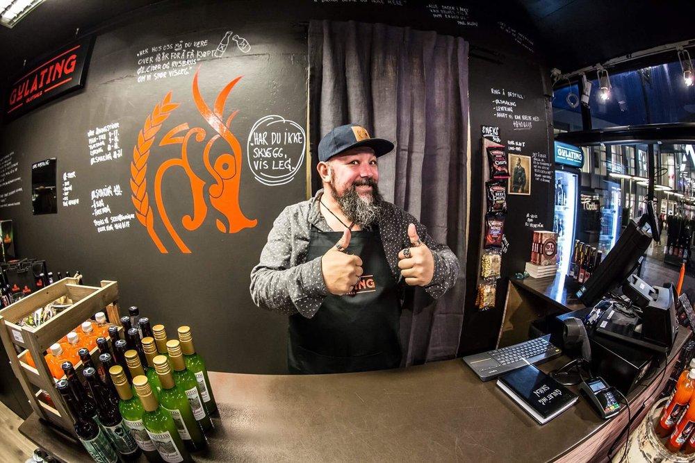 Paul Allen er pådriveren for Skjeggmennølet i Gulating ølutsalg Skien. Han er musiker og medlem av Skjeggmennklubben. En mann med god smak når det kommer til øl,musikk og skjegg!