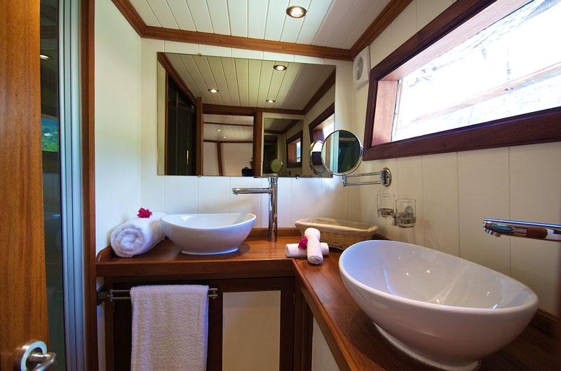 SYC_MV-Galatea-Cabin-7-Master-Suite-Bathroom-©-Galatea-3.jpg