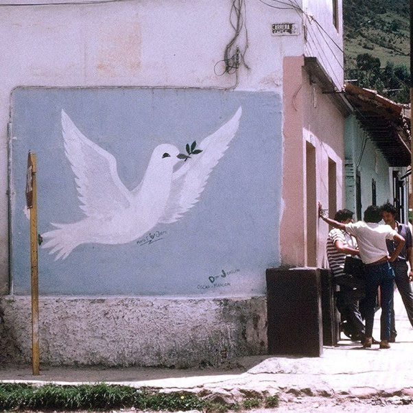 A mural and men on a Pamplona street corner. (1984-1985). Photo by: The Real Estreya