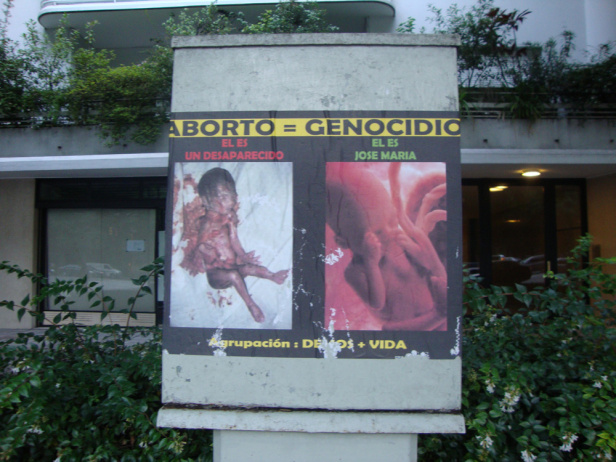 A sign comparing abortion to genocide in Argentina. Photo by: Fábio Cherubini