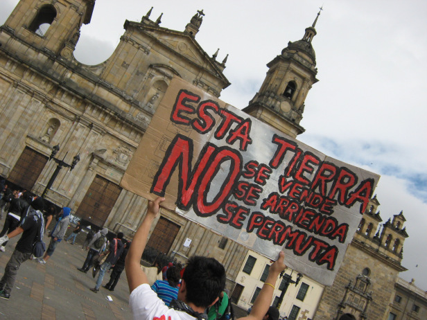 "In Colombia, ""no se vende"" signs are so common that a play on their words are now used on protest signs, such as this one in Bogotá, Colombia. Photo by: Juan Carlos Pachón"