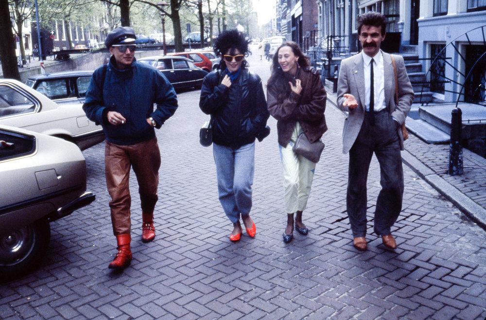 """Francesca Alinovi con Lucio Angeletti, Tiziana Spidicato e Umberto Postal in occasione della mostra """"Avant-Garde Photography in Italy"""",  Canon Photo Gallery, Amsterdam, 23 aprile 1983."""