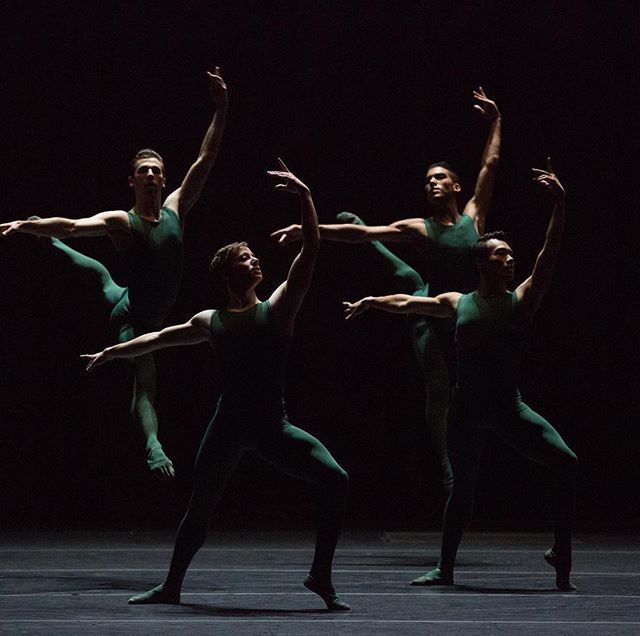 Gershwin, James Blake, Bernstein, Tchaikovsky... hearing lots of buzz about the great music @bostonballet's dancing to next season! What are you excited to hear in 2018–19? Check out the link in our bio for more about the full season! . . . 📷: Boston Ballet in William Forsythe's Artifact; by Rosalie O'Connor, courtesy of Boston Ballet . . . PS. How gorgeous is this shot of @alecsroberts, @deseandaily, @johndilam and @isakiba88 by @rosalieoconnorphotography? 😍💪