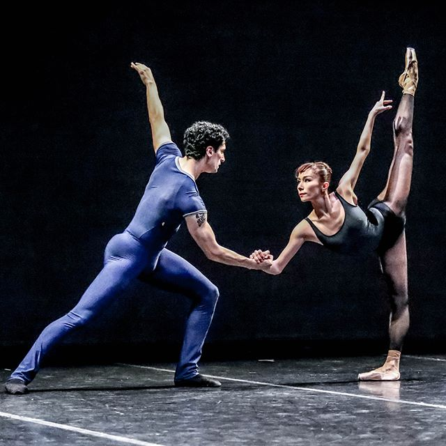 Our review of @bostonballet's BB@home performance is posted! Read our thoughts about their upcoming production of Parts in Suite (and check out some killer photography by @vargaimages!). . . . 📷: 1. Lasha Khozashvili and Emily Entingh in William Forsythe's Pas/Parts 2018; 2. Paul Craig and Lia Cirio in Justin Peck's In Creases; photo by Sabi Varga © vargaimages; courtesy of Boston Ballet