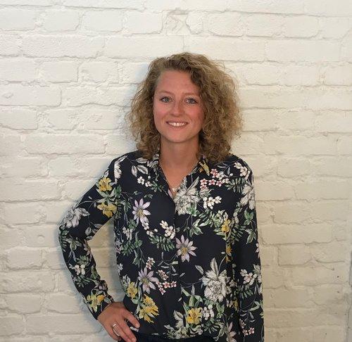 Dania Bakker: <br>(Online Specialist)