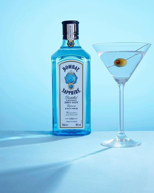 The best kind of blues @bombaysapphire (working on new advertising photography styles) if you after new advertising photos,drop us a email info@flarestudio.co.uk #advertisement #advertisingphotography #bombaysapphire #productphotography #blue #drink #drinksphotography #drinksphotographer #alcohol #alcoholphotography #shadows #shadowcasting #olive #martini #gin #flarestudio #londonphotographer #nycphotographer #brightonphotographer #productphotography #comercialphotography