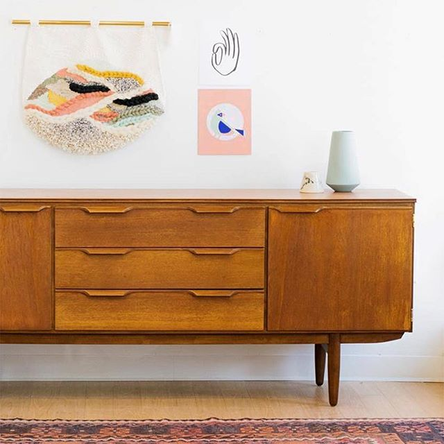 Truly loving this shot from stockist @creamcityrestoration this week! Midcentury + my fave color palette + weaving + a hand illustration?! I'm in. 💖 . . . . . #mcm😍 #midcenturymodern #interiordesign #hygge #scandanaviandesign