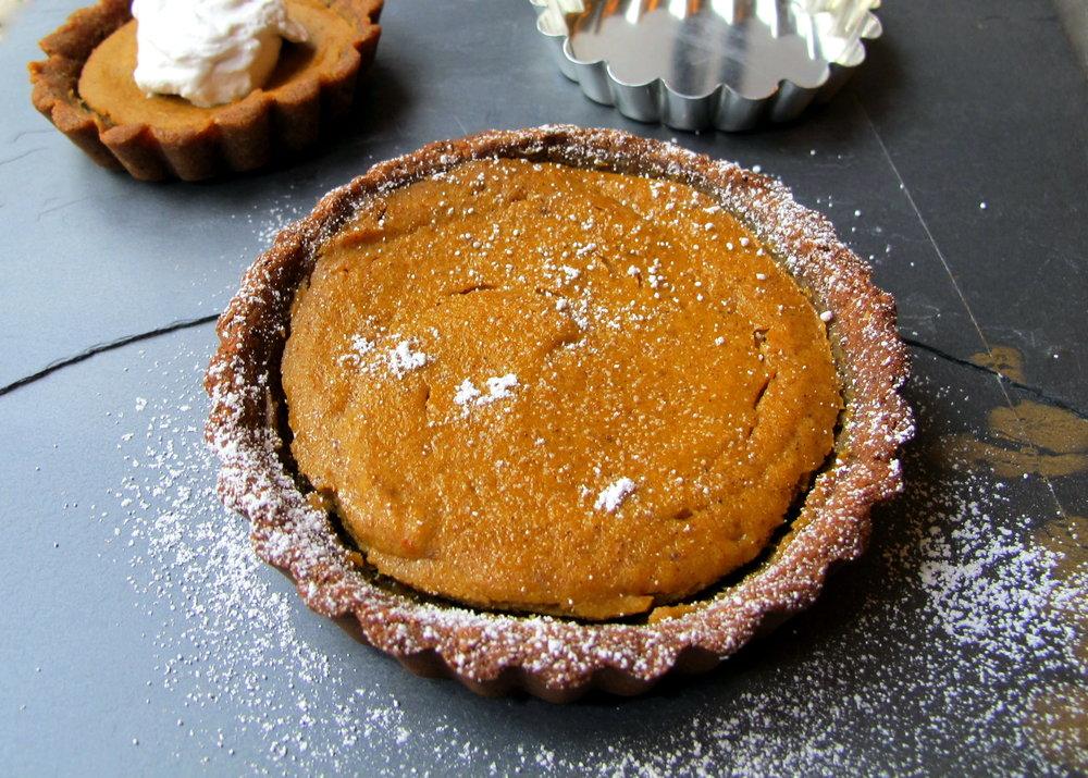 the-friendly-gourmand-pumpkin-pie-gingerbread-crust-low-fodmap-gluten-free-dairy-free-served