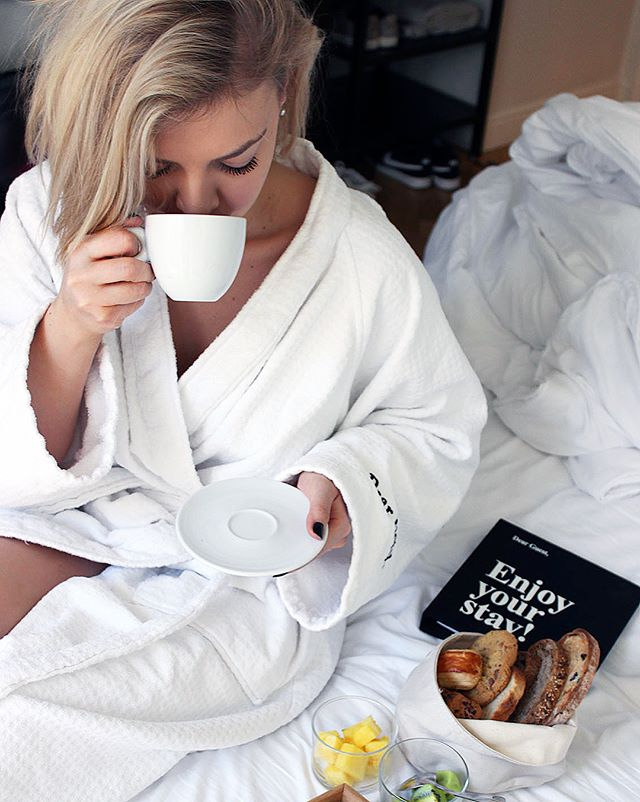 Breakfast in bed, crisp white sheets and cuddles. Pretty amazing way to start the day, right? 😌