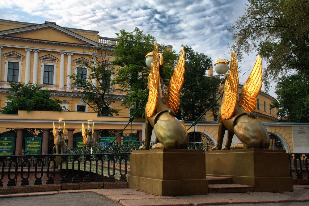 Грифоны Банковского моста. Вид на Санкт-Петербургский государственный экономический университет