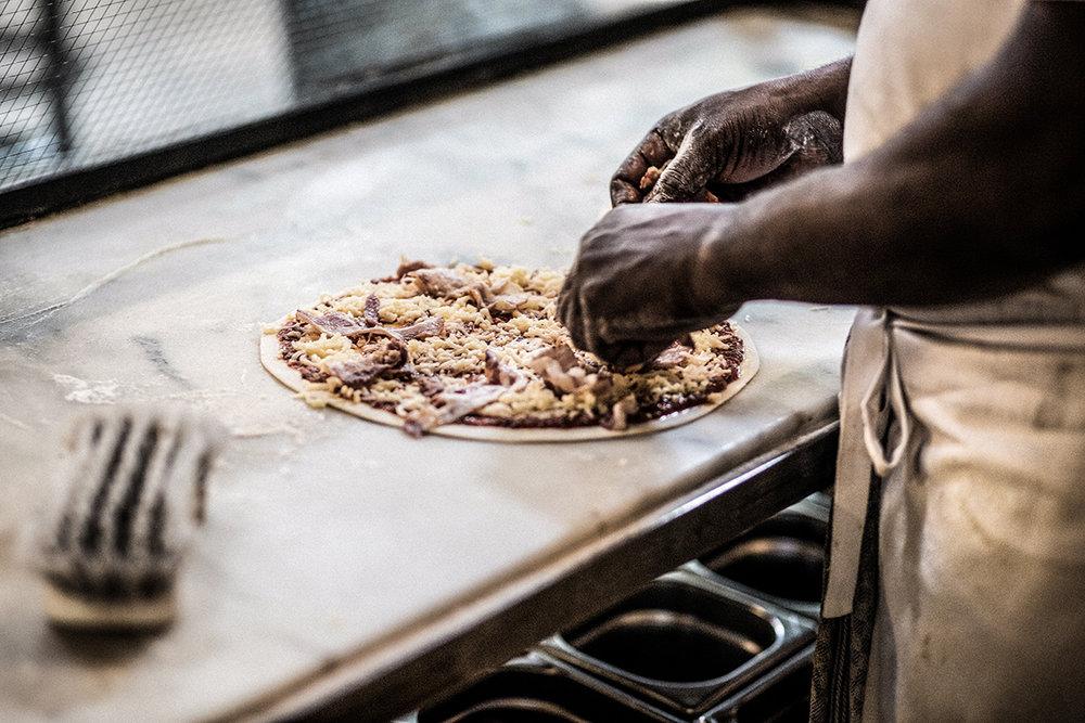 Pizza des Monats - CARNEKäse / Senf-Créme Frâiche/Balsamicozwiebeln / Tiroler Carpaccio€15,50