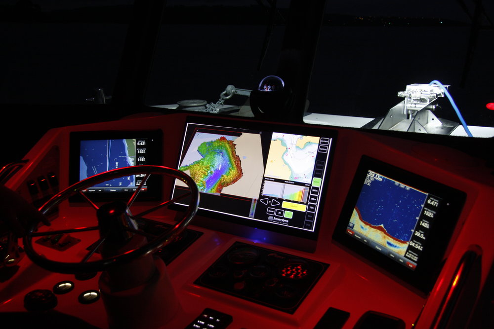 COLLISION AVOIDANCE - Bow mounted 2D and 3D arrays can provide detailed sonar images to ensure avoidance of obstacles on and under the surface. The system enables the configuration of alerts to warn of potential collision hazards or shallow water.