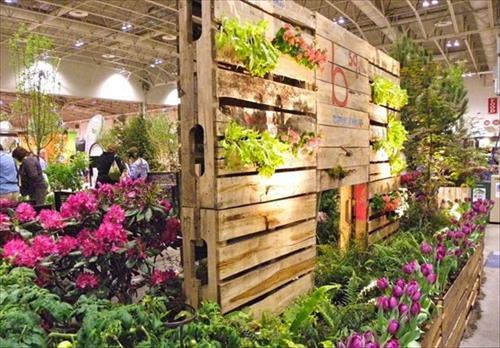 http://www.palletsdesigns.com/pallet-garden/3-amazing-diy-pallet-garden-ideas/
