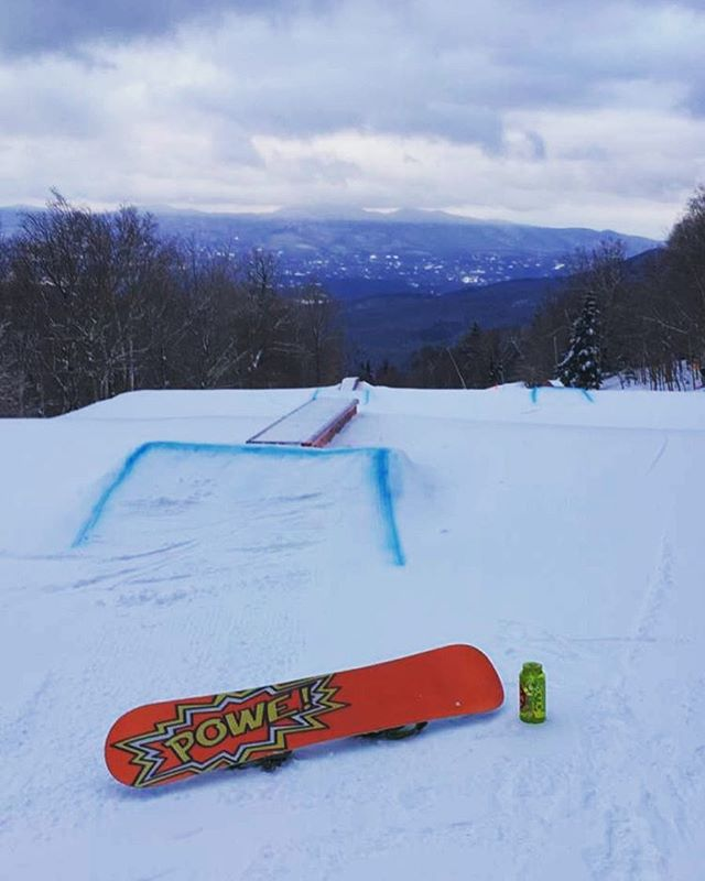 Throwin it back to those early morning work views 🌨 @powe.snowboards #ridehappy #livehappy #behappy