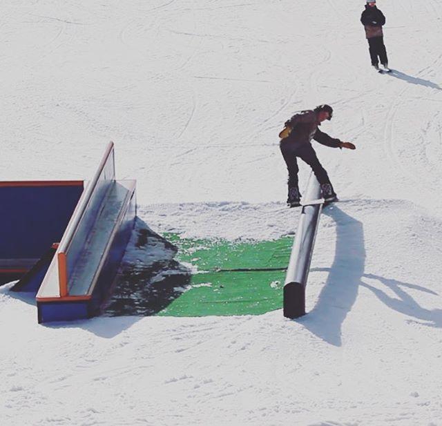 Sunny Q 😎  god I love you ❤️ 🎥: @baileyfellionwflp @powe.snowboards @sugarbushparks #bluebird #sunnyvermont #ridegreen #livegreen