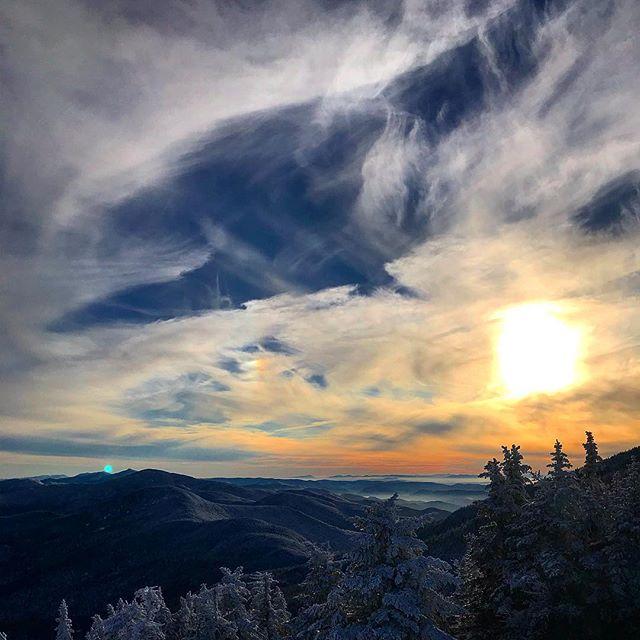 Evening laps @stowemt 🏂🏔 #snowboarding #sunset #cloudsareneat #vermont