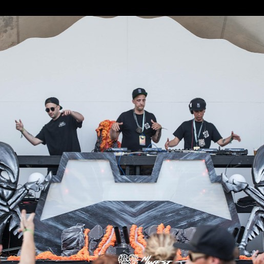 Getting down with the Krew. . . . @electriclovemusicfestival @tig3rhoods . 📸 @nwest_media . . . #crew #festival #friends #basshouse #takemeback #love #electric #bass #tiger #tbt #throwbackthursday #throwback #🔥#nofilter #arcadestage #arcade