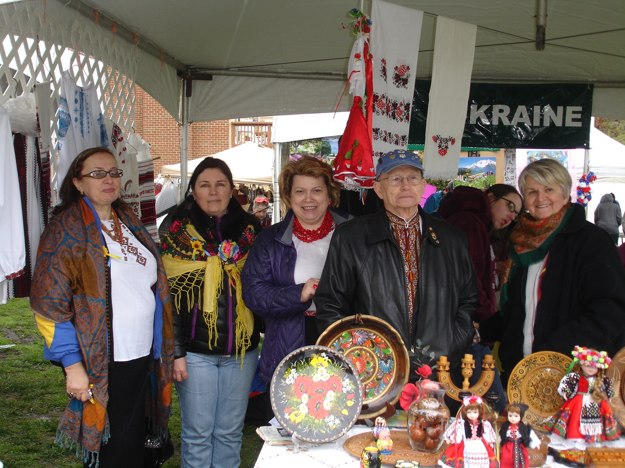 TUCA President, Olena Boyko (right), and Secretary, Andy Grynewytsch (2nd right) with guests at the Ukrainian stand.