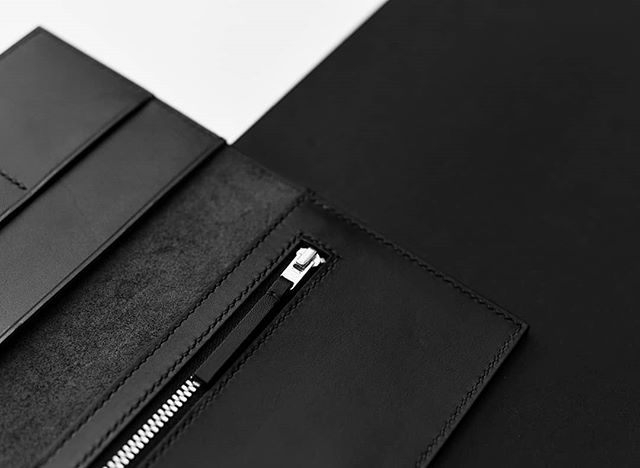 This is possibly my favourite piece of our new Jet Black collection. The clutch is the biggest purse we do, and with the hand stitching (including the zip), definitely takes longest to make. But this Italian veg tanned leather is so nice to work with and so satisfying to hold in your hands when it's finished, it's totally worth the effort! 🙌 🐄