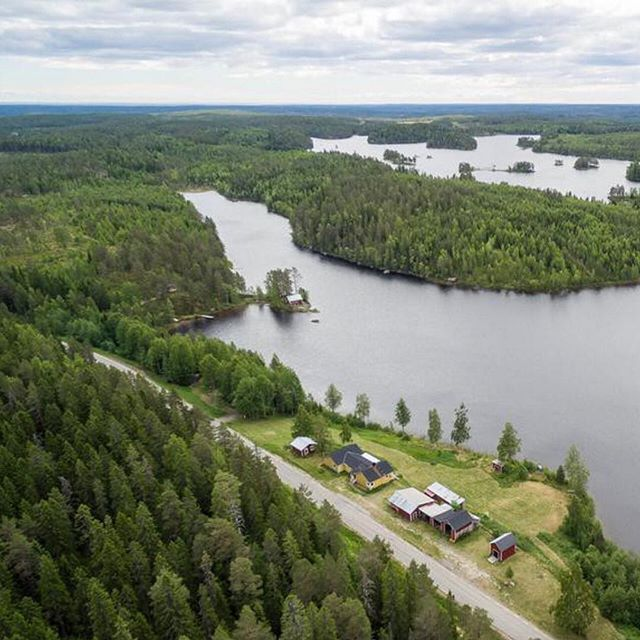 Lake view property for sale in Sweden. 🇸🇪 House with outbuildings, land and lake view. More information at: https://www.svenskfast.se/hus/vasterbotten/ #movingtosweden