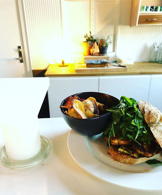 Sandwich med halloumi, marineret og grillet courgette, ruccola og sauce romesco. Hertil rodfrugt chips. . . . #frokost #dagensret #frokostordning #catering