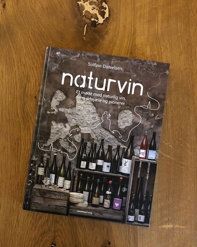 Anbefalet læsning, hvis du som os synes at det der naturvin noget er ret så spændende. Bogen og masser af god vin kan købes hos Jon og Solfinn fra @rodderogvin i deres hyggelige butik i Ravnsborggade.  #naturvin #vin