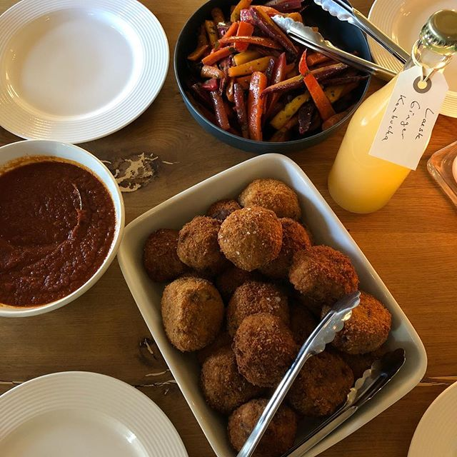Hvad får du til frokost i dag? Her i Caféteriet står den på @opalazzo 's arancini og kombucha fra @laesk.dk