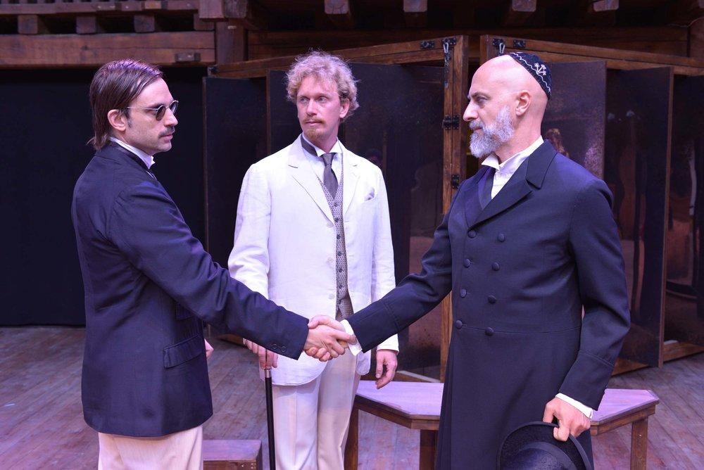 Il patto stipulato con una stretta di mano tra Antonio e Shylock