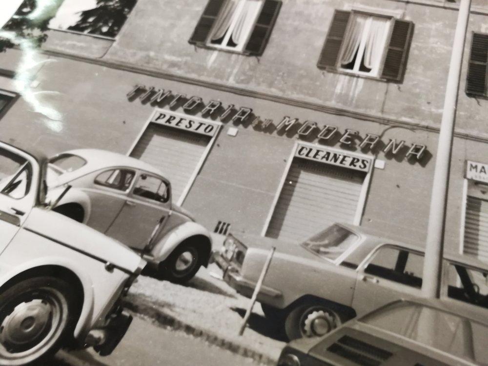 La fasciata della tintoria nel 1960: le lettere ancora vicine tra loro.