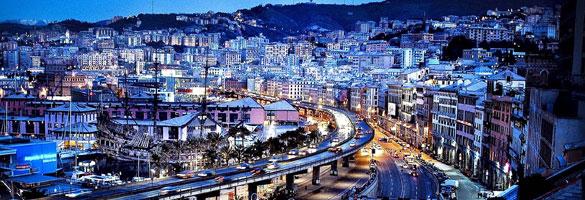 La sopraelevata, grande arteria della città che corre affianco al mare.