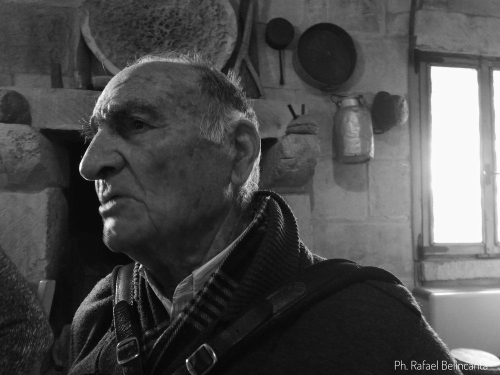 Giovanni Avvantaggiato, 92 anni, e la sua inseparabile castagnari di accordi leggeri e ben marcati.