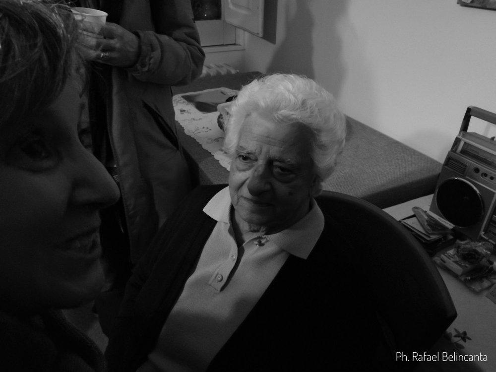 Lucia Petrarca, 86 anni, commossa con i canti a casa sua.
