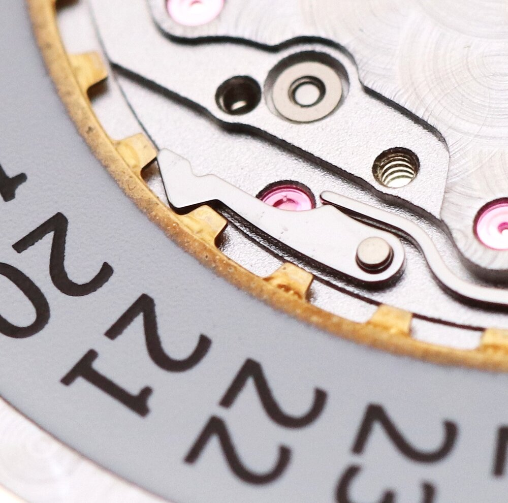The steel click acts on the raw metal of the calendar disc avoiding potential residue being produced