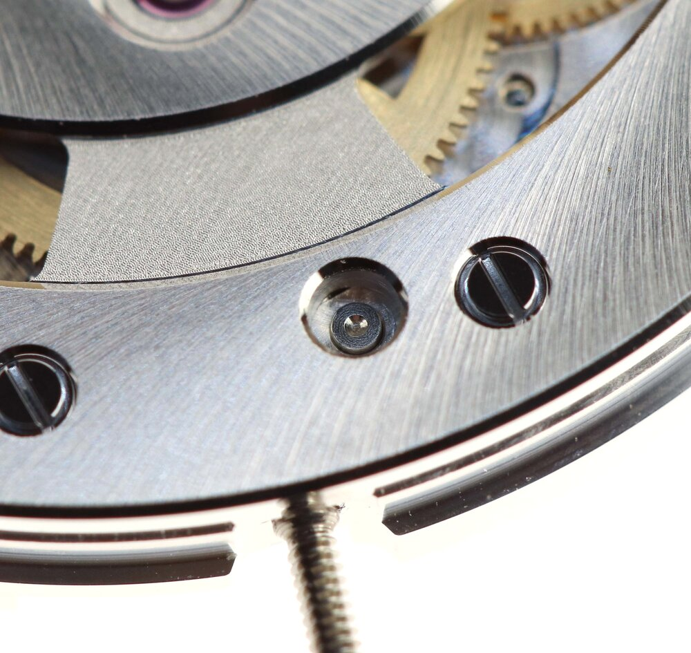 The central hole gives access to the setting lever to be able to release the stem