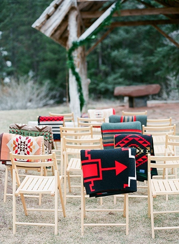 winter-wedding-ceremony-blankets-for-guests-3.jpg