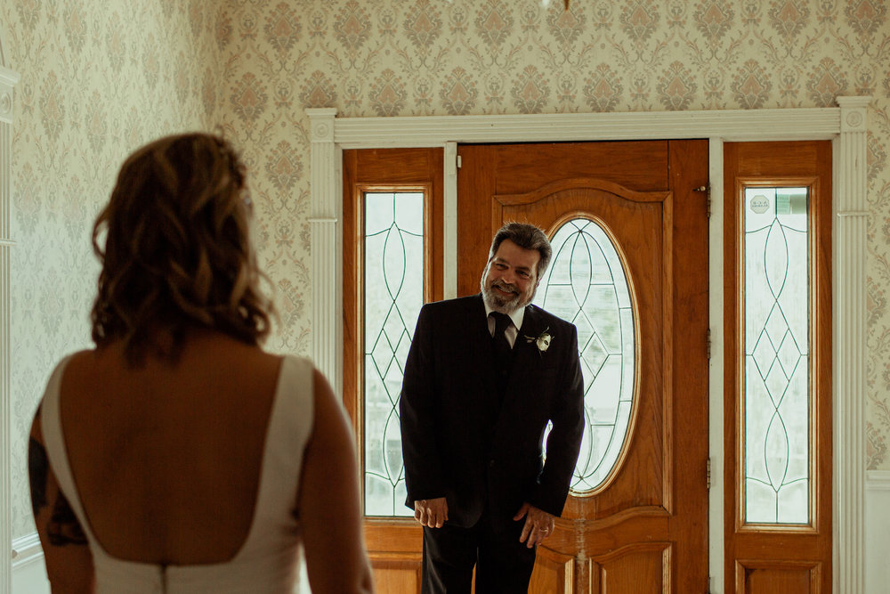 dad seeing his bride daughter for the first time