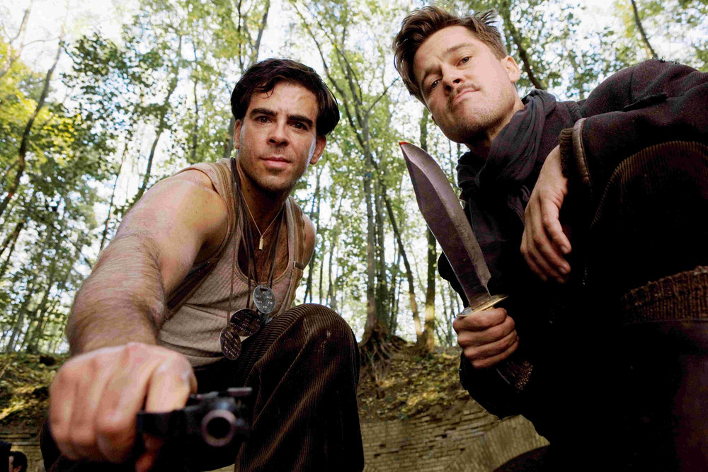 Inglourious_Basterds_Behind_the_scenes_Eli_Roth_with_a_gun_and_Brad_Pitt_with_his_knife.jpg