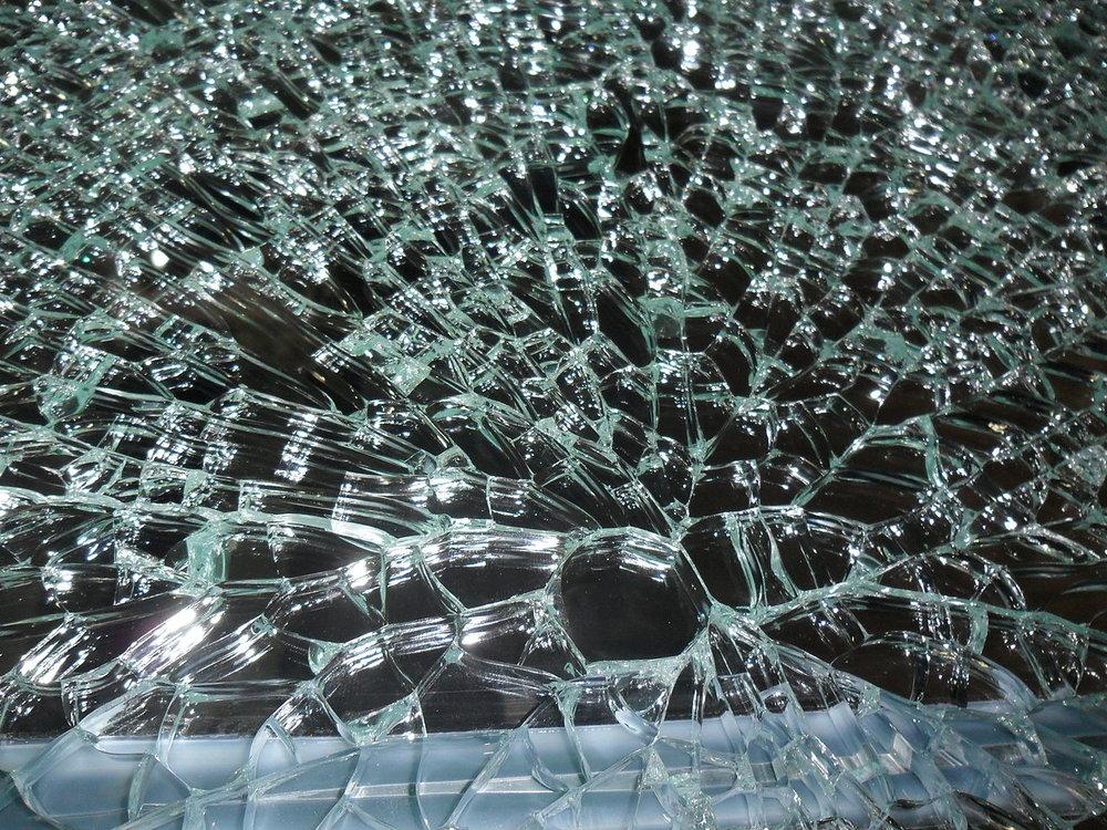 1280px-Broken_glass_001.JPG