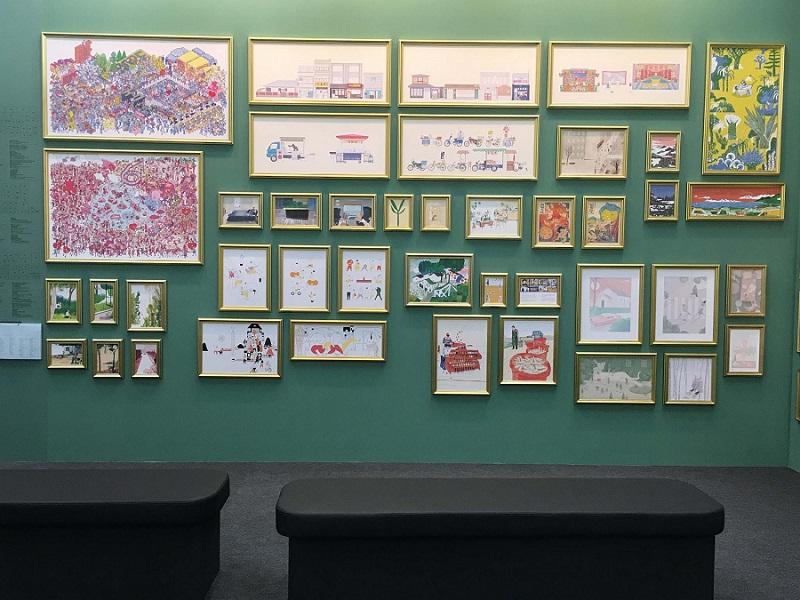 圖說:這是插畫家區的第一面牆。牆的左下方掛著一疊導覽單,需要的人就撕下一張拿來看畫,做筆記。