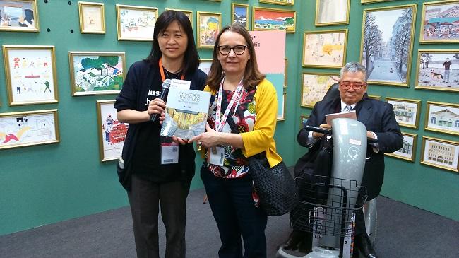 圖說:  柯倩華以幾米的《地下鐵》當作出版社區書籍的代表贈送,由 Nicoletta Gramantieri 代領。