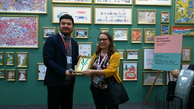 圖說: 鄒駿昇以李瑾倫的畫作「For You」代表贈送給Nicoletta Gramantieri。