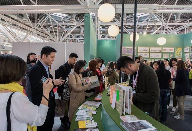 圖說:台灣繪本美術館的出版社區是一個環形圓枱。每本書籍夾著介紹的書籤陳列其上。這是參觀的人在圓枱區外面使用的情況。